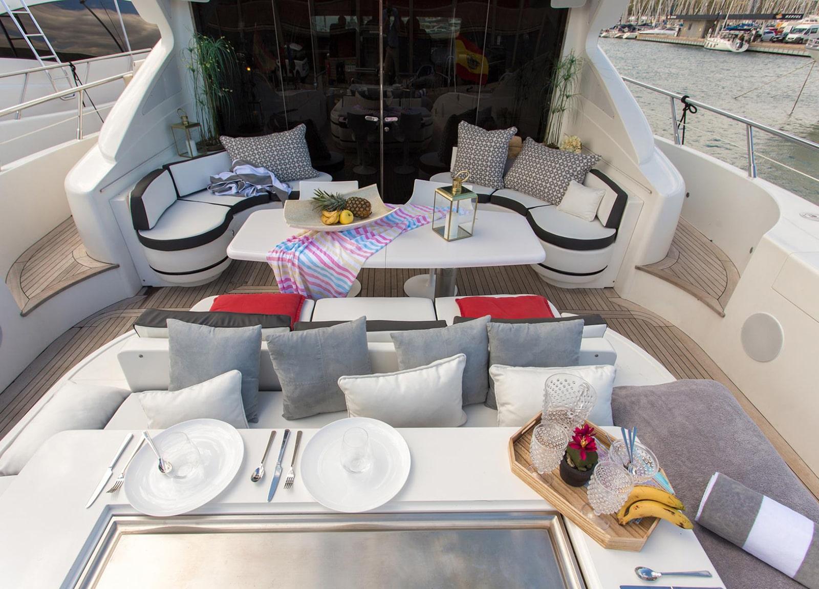 Luxury Yacht mangusta 92 Upperdeck